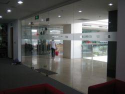 ứng dụng của vách kính cường lực cho văn phòng hiện đại