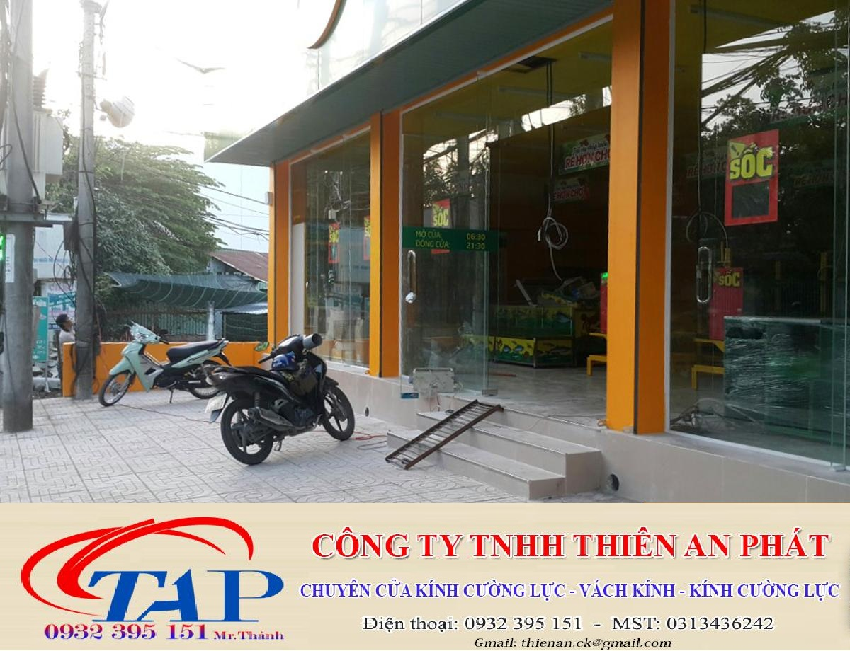 Thi công kính cường lực chất lượng tại siêu thi Bách Hóa Xanh ấp Sân Banh, tỉnh Bến Tre