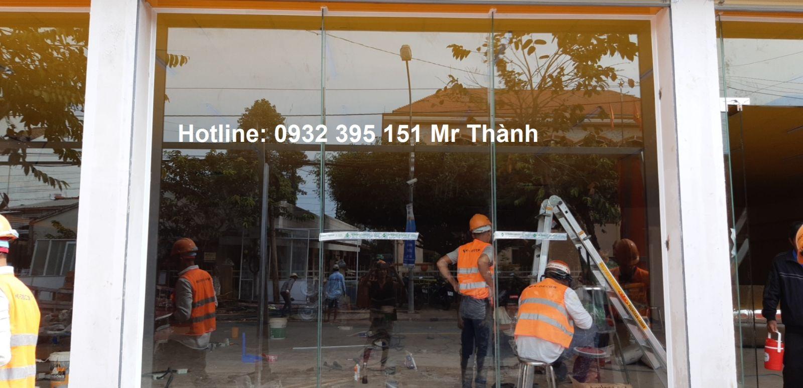 Lắp đặt cửa kính- vách kính 10mm tại Cửa Hàng Bách Hóa Xanh