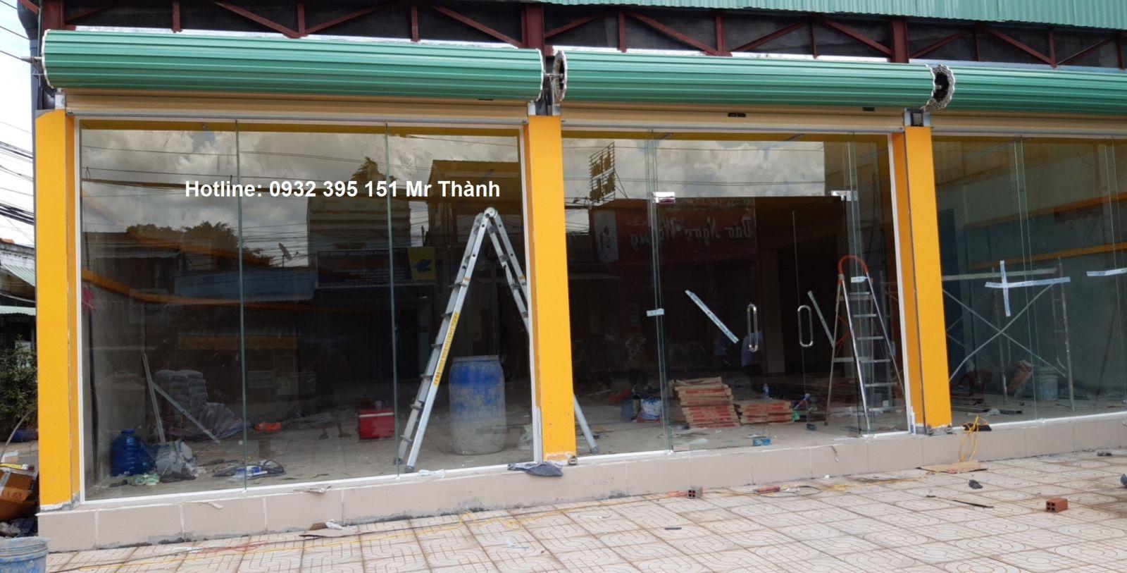 Thi công kính cường lực 12 ly tại Bách hóa xanh quận Tân Bình