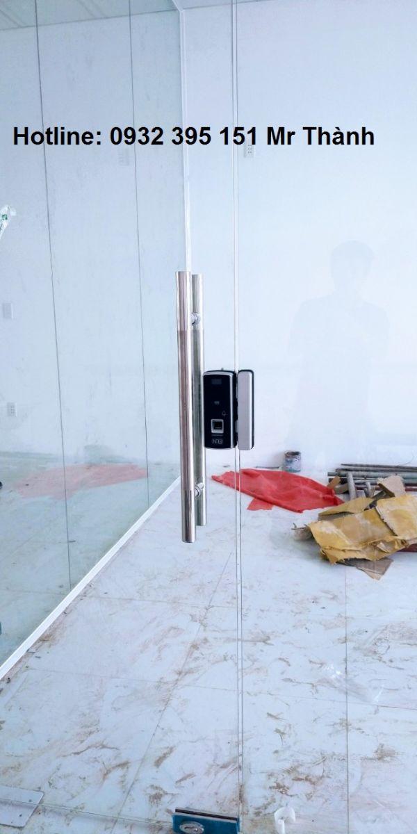 Lắp đặt cửa kính thủy lực có khóa từ tại văn phòng quận 1