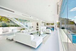 thiết kế hệ thống vách -cửa kính lớn cho phòng khách đẹp.