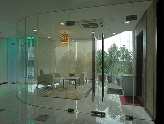 cửa kính cường lực bản lề sàn q3